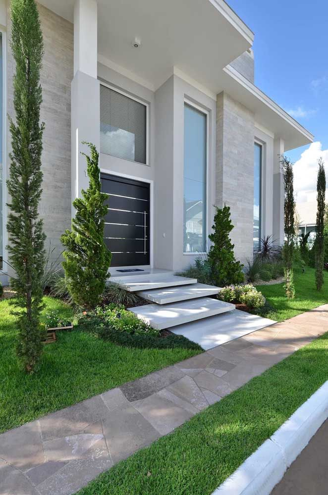 Tons claros e neutros para compor uma frente de casa elegante e sofisticada