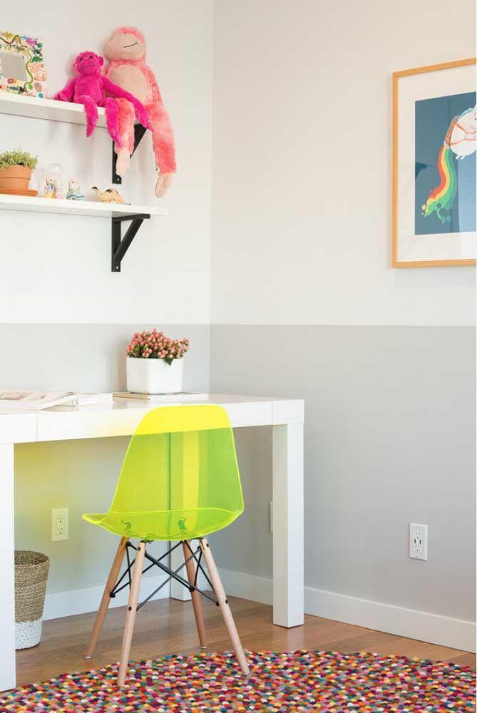 Já nesse escritório, apenas uma cadeira amarela dá conta de imprimir as sensações da cor