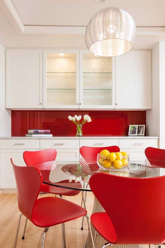 Pinceladas de vermelho na cozinha branca