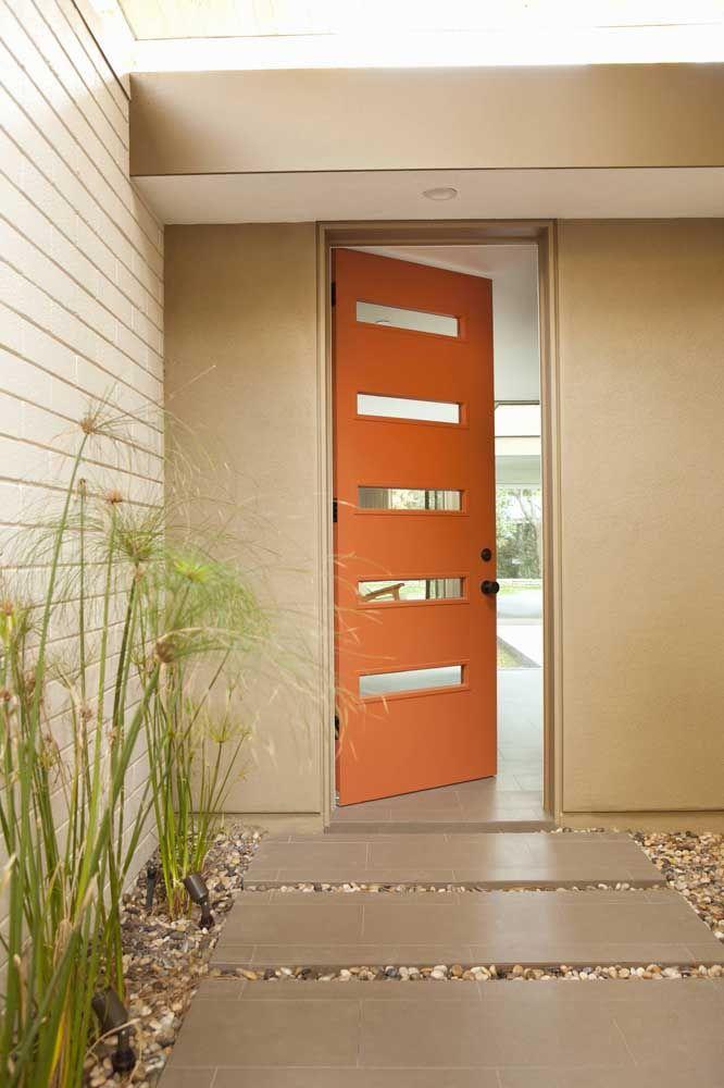 Quer uma entrada de casa mais convidativa do que essa com a porta laranja?