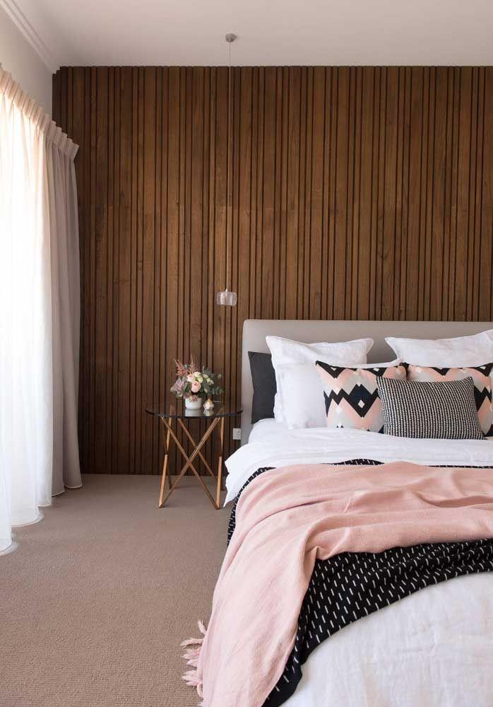 Os detalhes cor de rosa se harmonizam com os tons terrosos do quarto trazendo conforto e aconchego redobrado ao ambiente