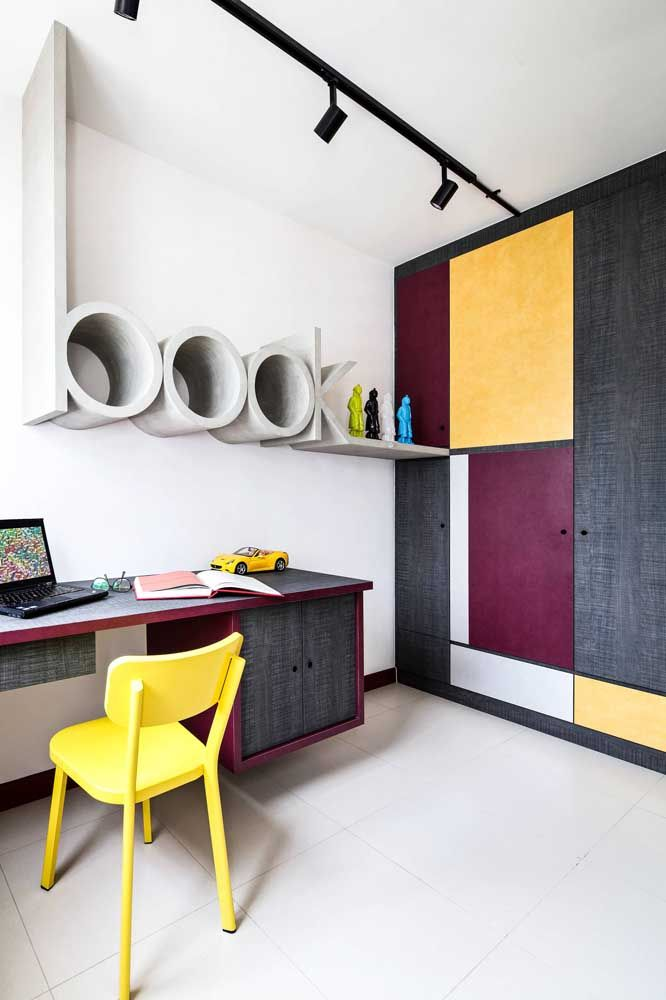 Quarto juvenil moderno apostou na combinação complementar entre amarelo e roxo, garantindo estilo e personalidade a decoração