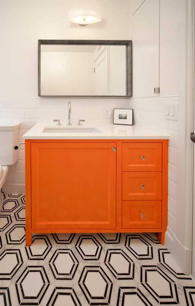 Para um banheiro de estilo retrô, bancada laranja e piso preto e branco
