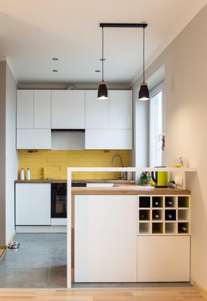 Nessa cozinha, o amarelo foi usado a conta gotas nos tijolinhos na bancada da pia, dentro dos nichos e na chaleira