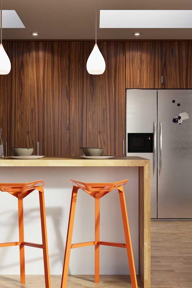 Um toque discreto de laranja em meio a cozinha marrom