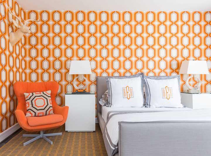 Sem medo de ousar, o quarto do casal mergulhou de cabeça no laranja; para balancear a cor, o fundo branco