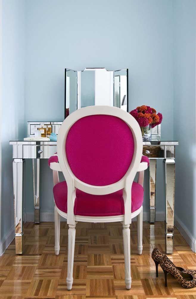 O tom de vermelho, quase magenta, realça a proposta de nobreza que a penteadeira e o design da cadeira emanam