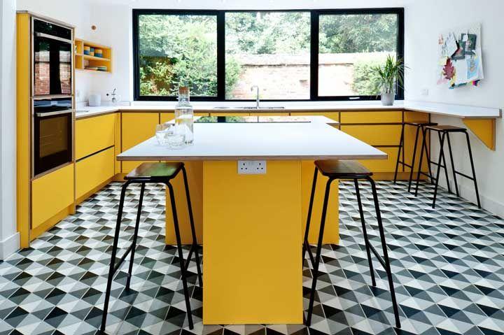 Decoração marcante e cheia de estilo com a combinação entre amarelo e preto