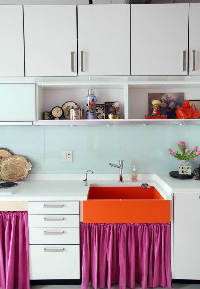 As cores quentes não precisam dominar o ambiente, elas podem estar presentes em apenas alguns detalhes