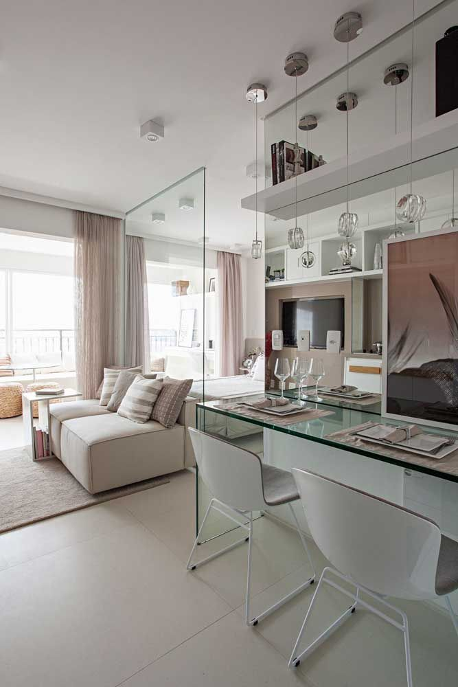 O vidro deixa a divisória dos ambientes mais clean e leve; repare que dele sai a bancada para refeição