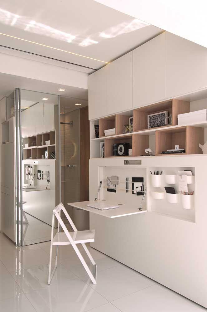 E a cozinha pode se tornar um home office com a instalação de uma bancada retrátil; repare que a cadeira também pode ser dobrada e guardada