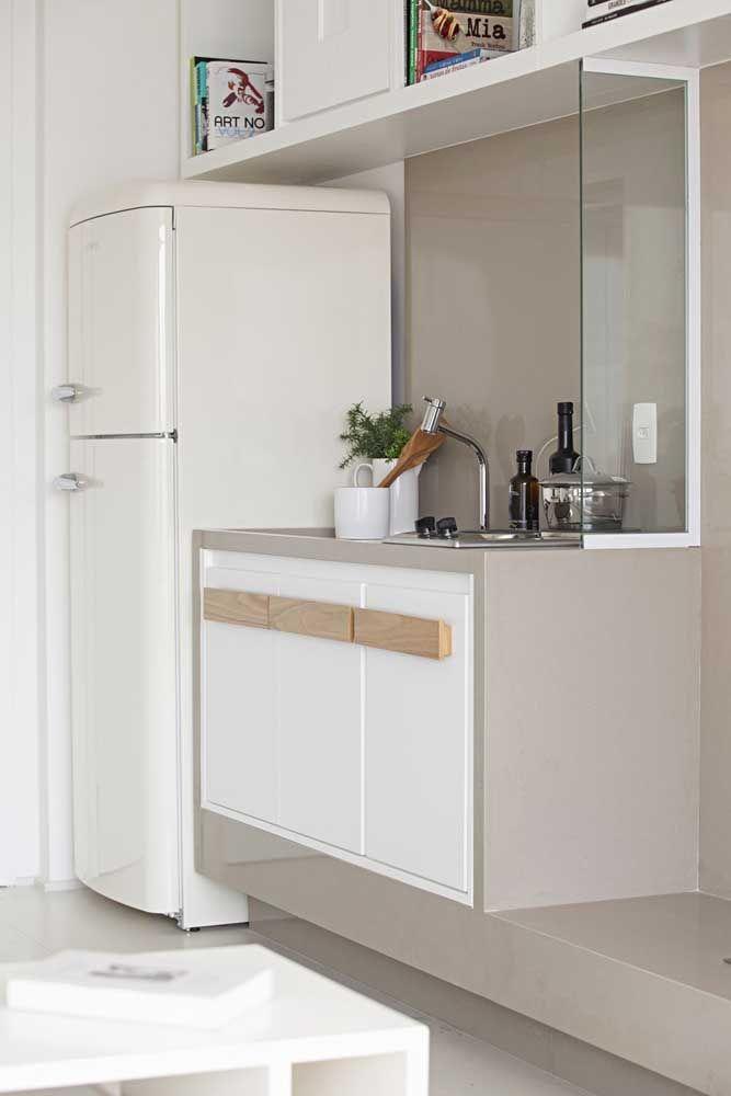 As cores claras e neutras dos móveis também ajudam a deixar os ambientes visualmente mais amplos