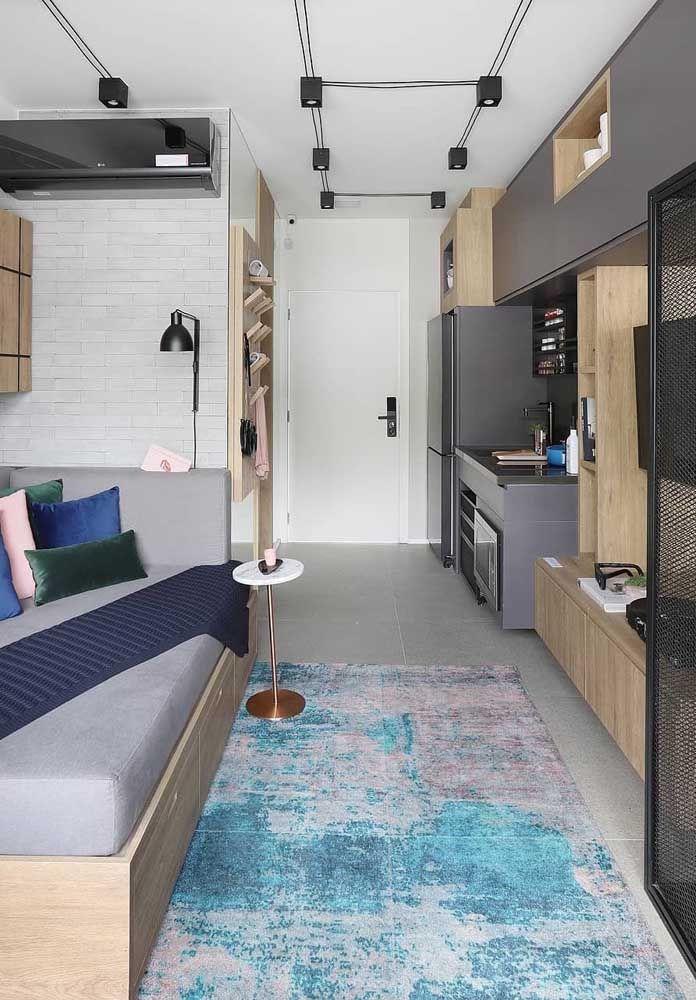 Aqui, os móveis planejados seguem a linha vertical do apartamento