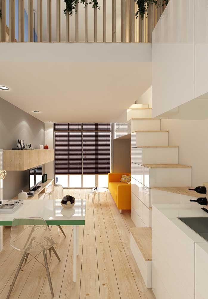 A escada de marcenaria serve tanto para alcançar o mezanino, quanto para guardar objetos