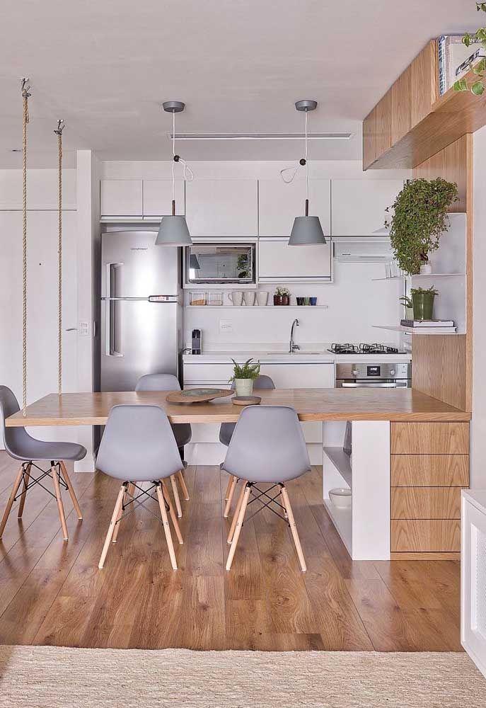 A mesa suspensa pela corda é uma extensão do móvel da cozinha