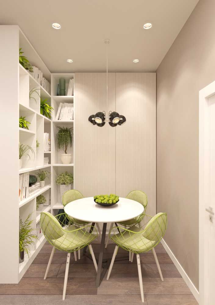 """Em espaços pequenos prefira armários abertos que deixam o ambiente menos """"sufocante"""""""