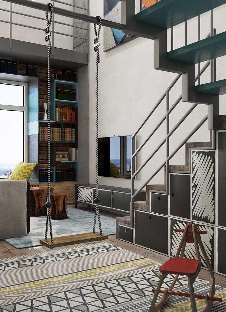 O apartamento pequeno, mas com direito até a uma balança, usou o espaço vazio embaixo da escada para criar nichos e armários