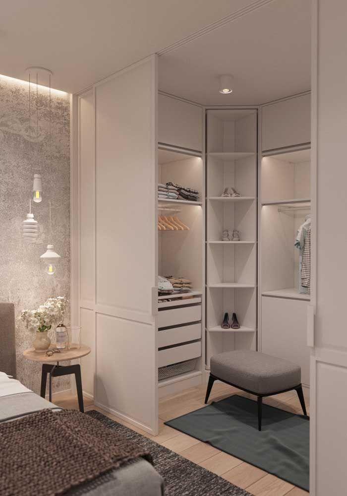 A porta de correr divide o closet do quarto com sutileza e elegância, integrando-se a decoração