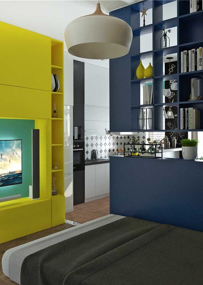 Os nichos suspensos dividem a sala da cozinha e ainda podem ser usados para expor a decoração e organizar objetos