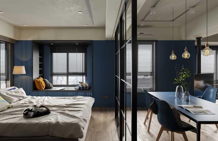 Nesse apartamento todo integrado, os móveis azuis se integraram as paredes da mesma cor