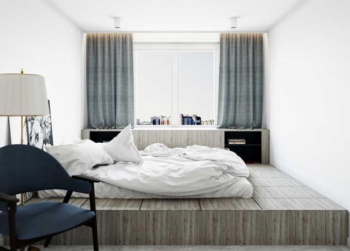 Com a cama apoiada direto sobre a estrutura de madeira, esse quarto se torna aparentemente mais amplo