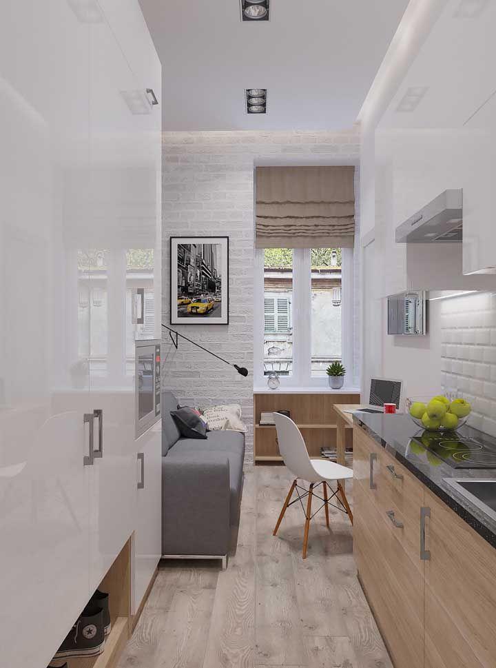 A cozinha corredor optou por revestir toda a parede com armários