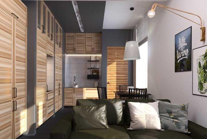 As ripas de madeira são o charme dos armários desse diminuto apartamento