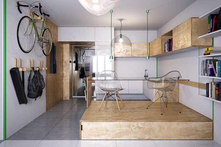 A madeira de pinus combinada ao vidro trouxe despojamento e elegância ao projeto de marcenaria