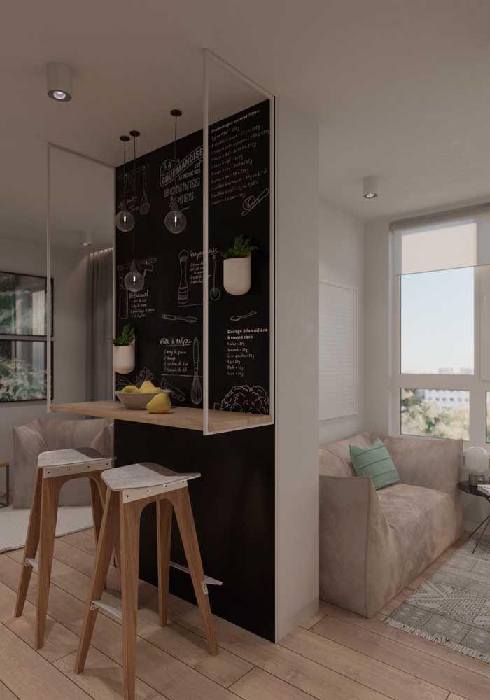 Já aqui, aquela parede sem função se tornou o local ideal para pequenas refeições com a simples instalação de uma bancada