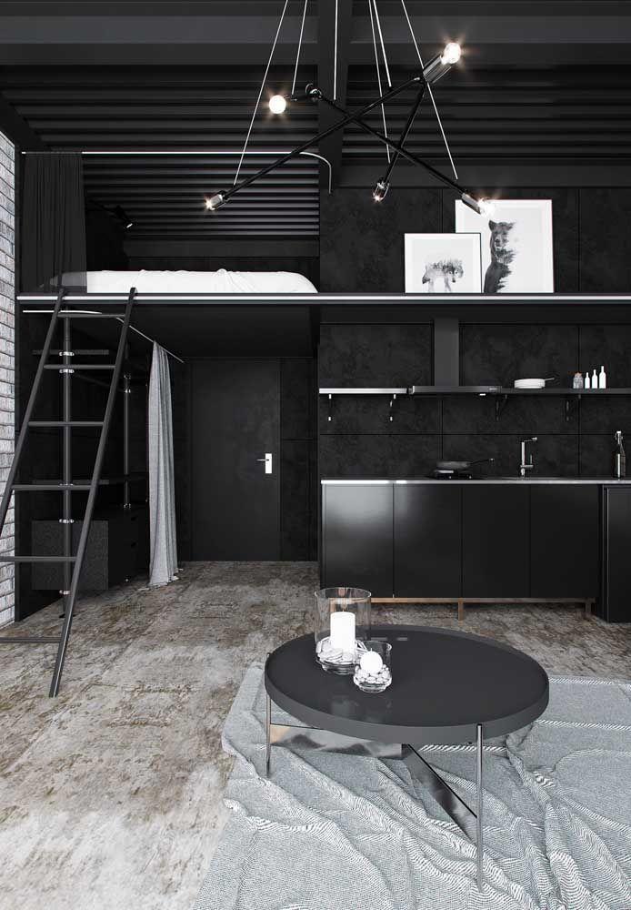 A solução para esse pequeno apartamento foi a criação de um mezanino capaz de abrigar a cama do morador e liberar espaço na parte de baixo