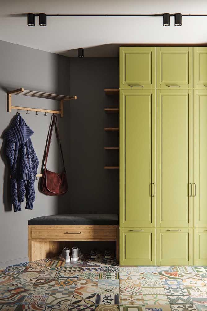 O verde abacate se entendeu muito bem com o piso e a parede cinza