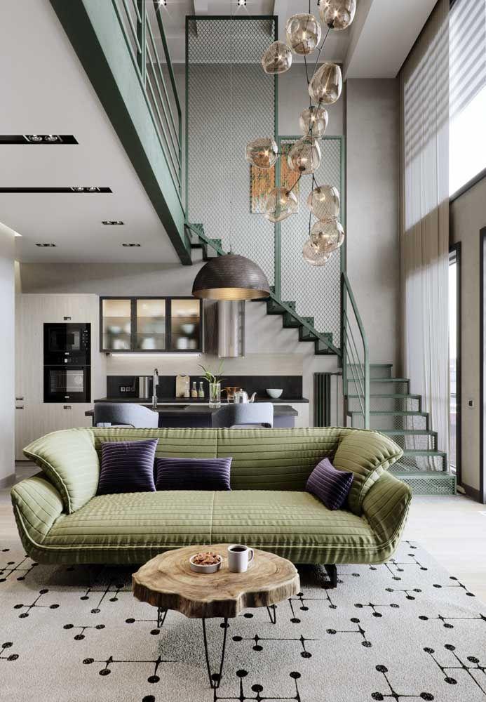 Para quem prefere ficar numa zona mais confortável, aposte em um sofá verde discreto e só de brincadeira jogue umas almofadas roxas por cima