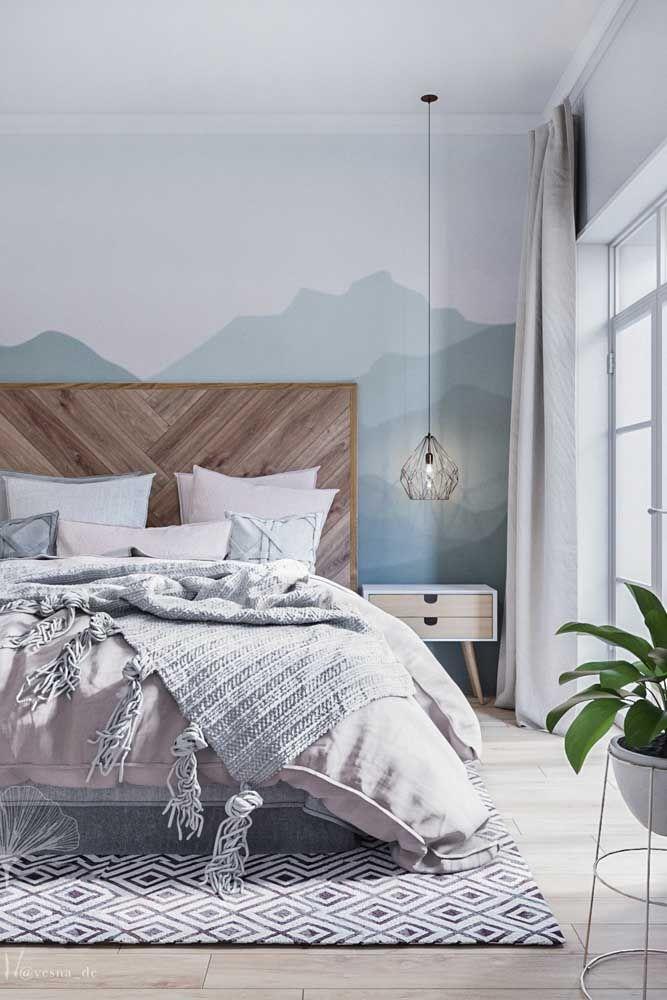 Já nesse quarto de casal, a opção foi por um tom claro e suave de azul que praticamente não se destaca diante da decor branca
