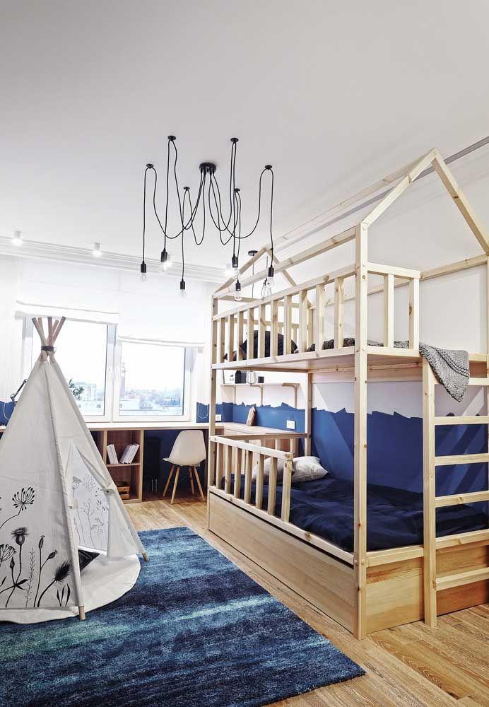 No quarto de menino, o azul é comum, mas você pode optar por um tom menos usual, como o marinho