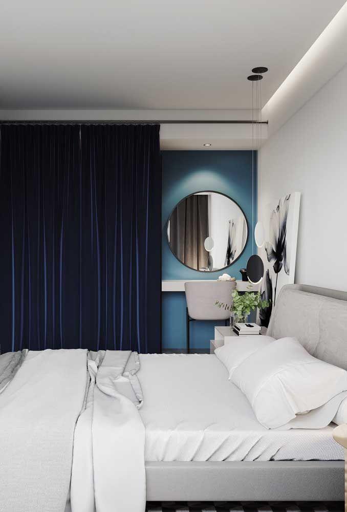 Sobre a parede azul, uma cortina de veludo azul...é demais para você?