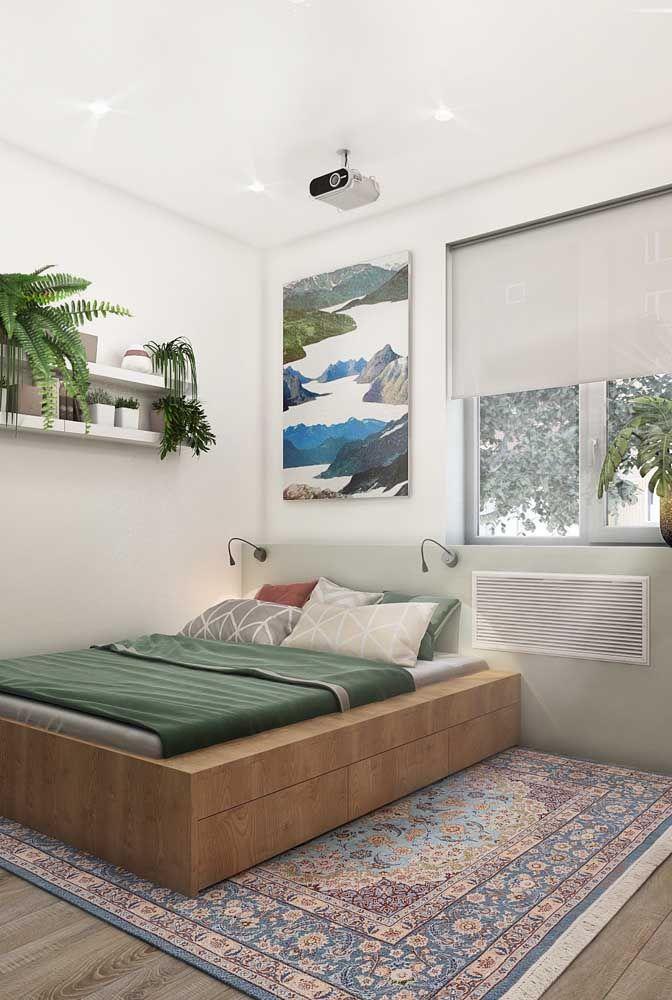 Os toques de verde nesse quarto branco e clean ficam na roupa de cama e nos vasos de plantas; tudo muito bem equilibrado