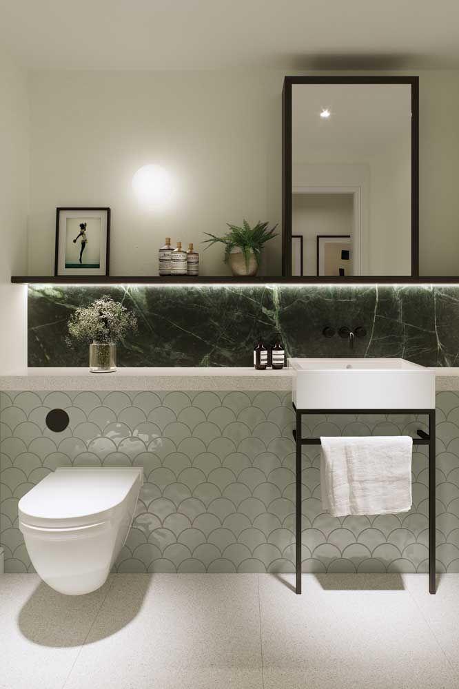 Nesse banheiro, o verde passa discreto, mas sem deixar de cumprir a função de sofisticar o ambiente.