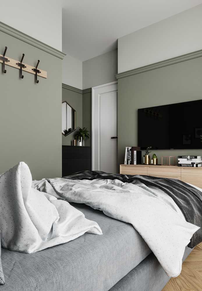 O verde quase cinza foi incorporado às paredes desse quarto trazendo quietude e tranquilidade.