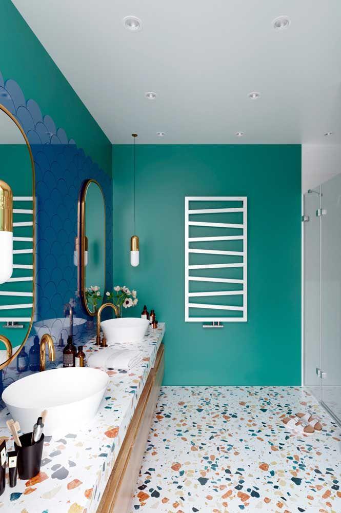 Já nesse banheiro são os diferentes tons de azul que se destacam