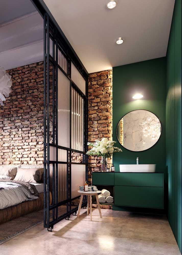 O verde luxuoso formou um par de presença com a parede de tijolinhos rústicos