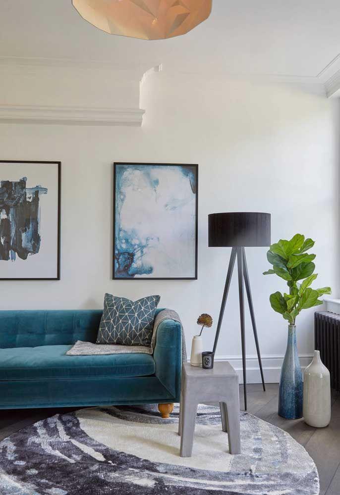 O azul não precisa estar nas paredes, ele pode surgir no móvel principal do ambiente, como no sofá, e em detalhes, como quadros, vasos e tapete