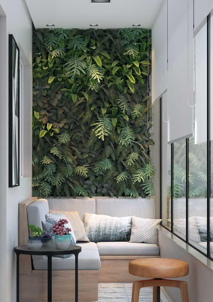 O jardim vertical entra na decoração trazendo não só as plantas, mas os tons variados de verde que elas oferecem