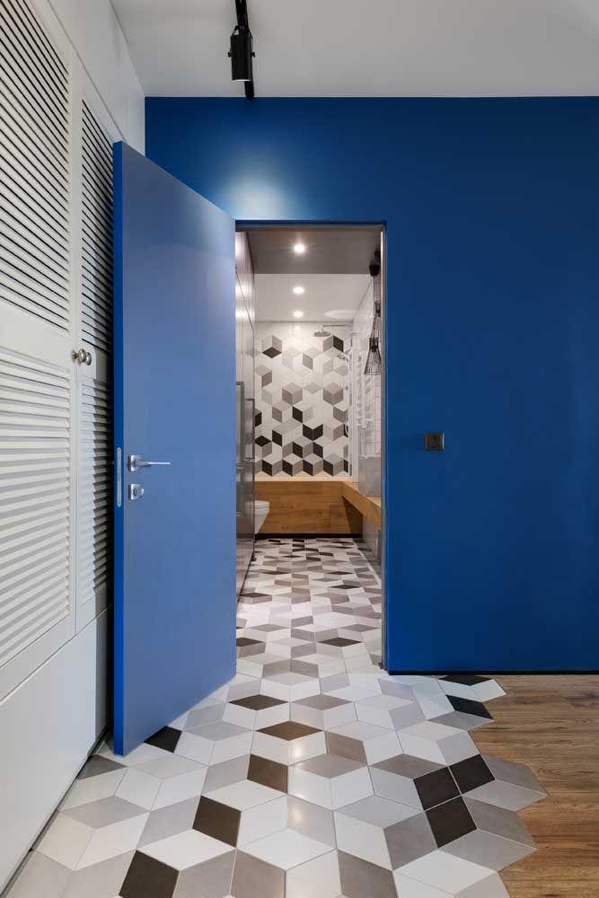 A porta e a parede azul garantem o contraste necessário à decoração de tons neutros