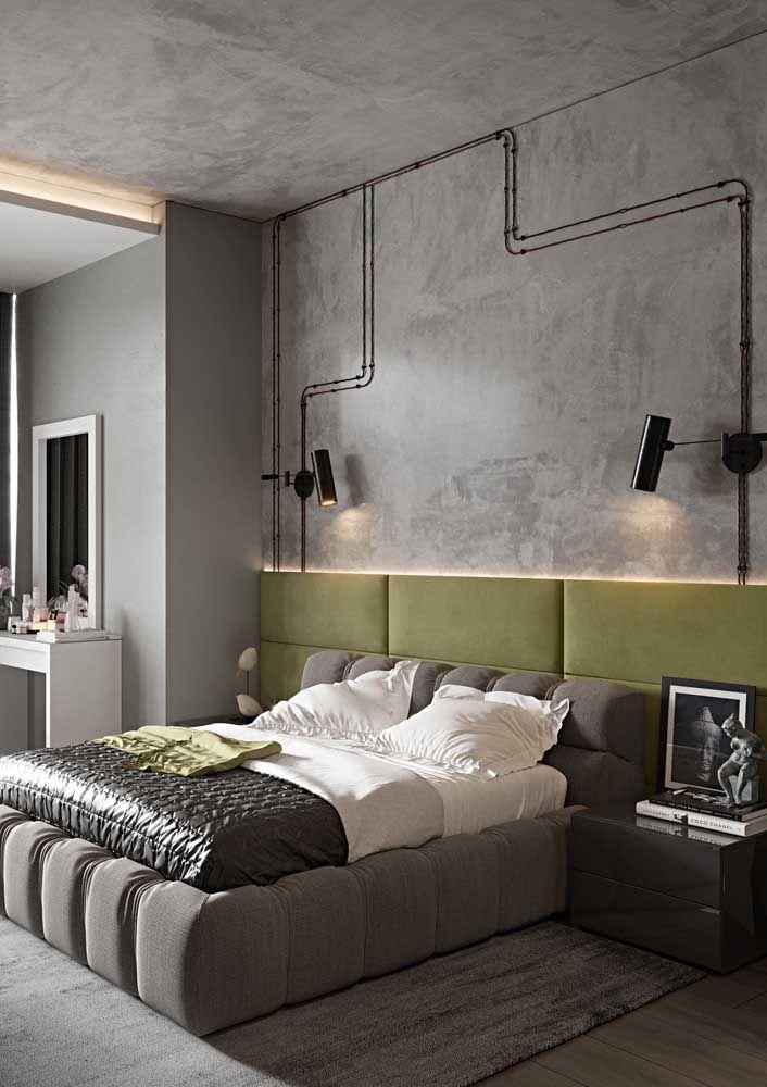 O quarto de inspiração industrial trouxe uma cabeceira verde oliva para contrastar com o cinza dominante