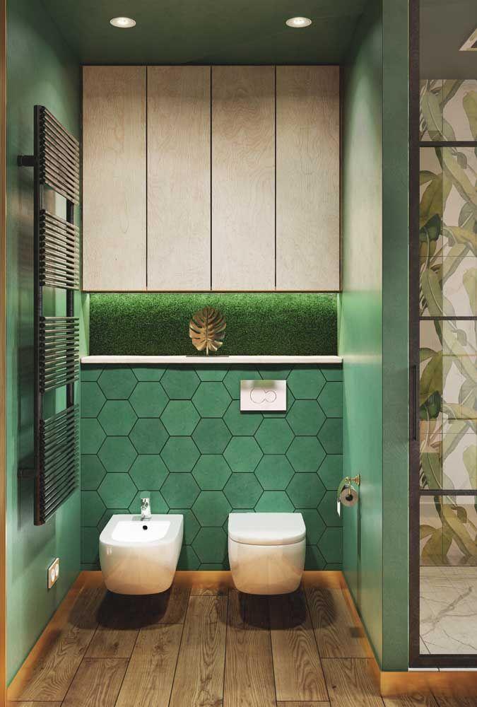 O banheiro verde ganhou um reforço especial com o revestimento de folhas na área do box, entrando ainda mais no clima 'natureza'.