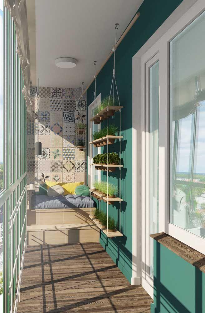 Puro conforto e tranquilidade essa varanda pintada de azul e branco banhada pela luz do sol