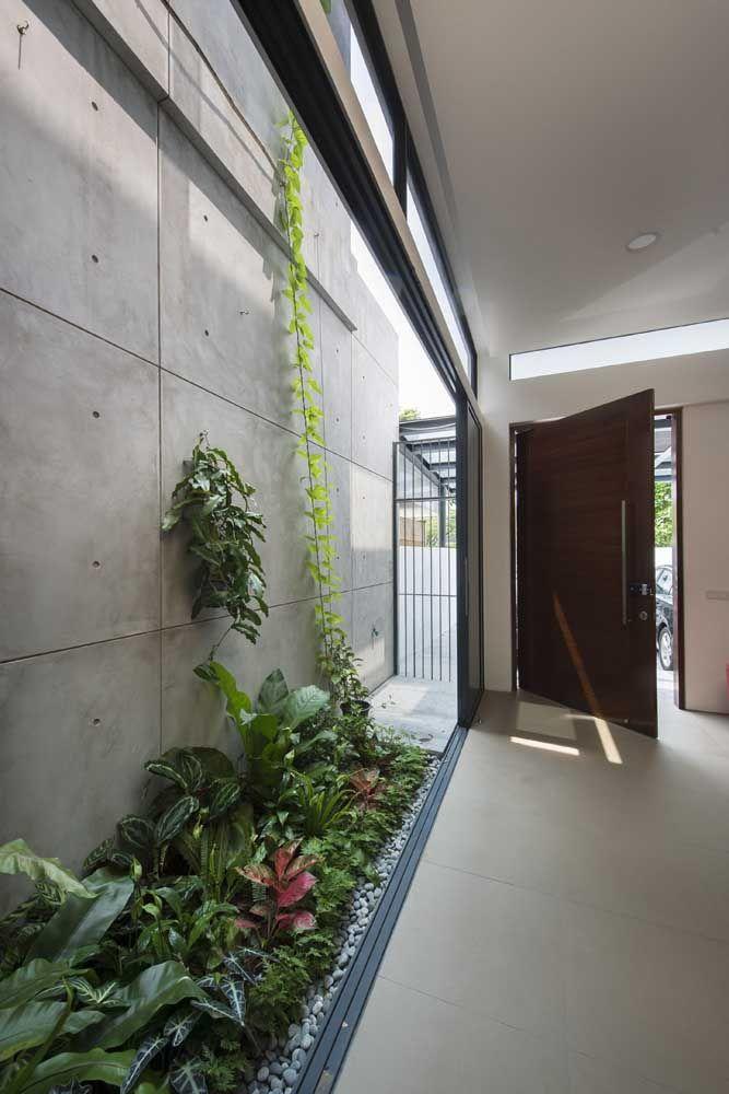 Uma boa maneira de recepcionar quem chega em casa é construindo um jardim de inverno no hall