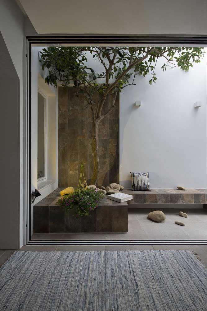 A porta de vidro de correr garante total liberdade para os moradores acessarem o jardim de inverno sempre que desejarem