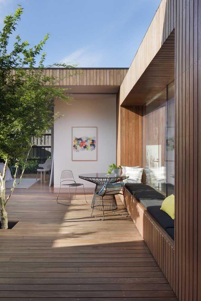 Essas enormes portas de madeira guardam e protegem o delicado jardim de inverno