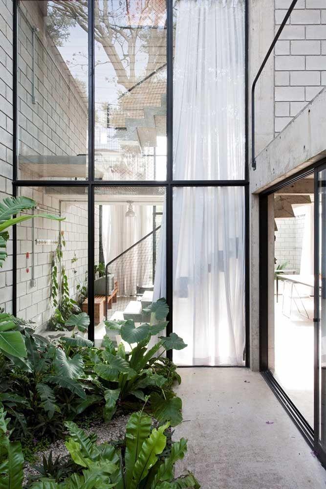 Vidros por todos os lados para que o jardim de inverno possa ser apreciado dos mais diferentes ângulos da casa